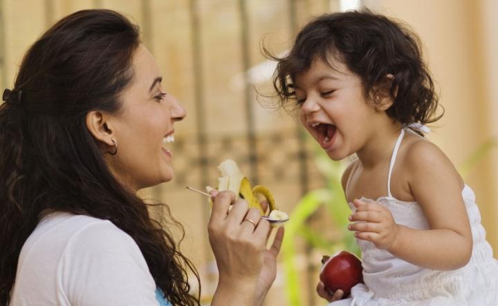 Ibu Memberi Makan Anak dengan Pisang