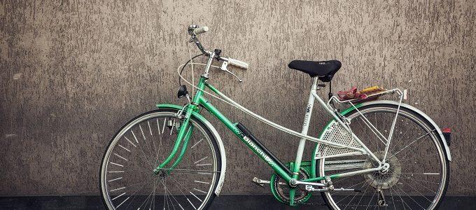 Sepeda Warna Hijau di Depan Dinding Artistik