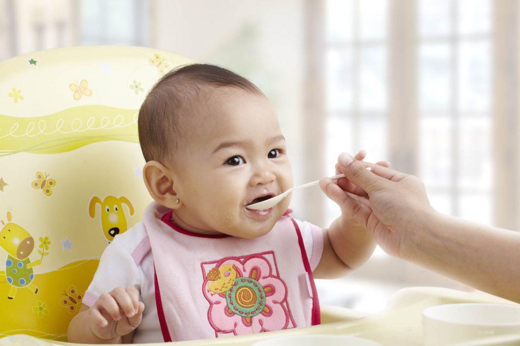 Bayi Makan Bubur. Foto: Google Images.