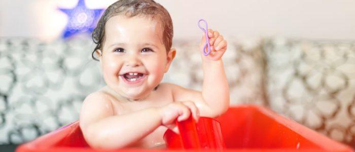 Bayi Mandi di Bak Merah