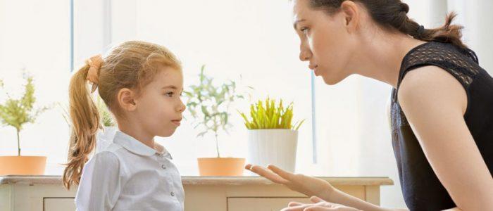 Ibu sedang Mendidik Anak